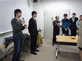 発表後の懇親会でチームの状況を報告する尾崎君と高野君です.