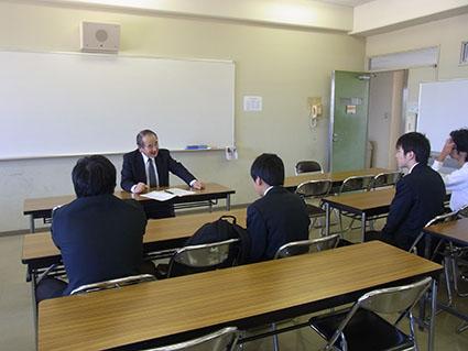 ECサイト購買・閲覧データの課題設定部門でプレゼンテーションを行う大学院2年の尾崎君です