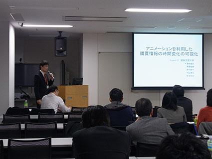 スキャンパネル・パネル調査データの学生部門でプレゼンテーションを行う電子情報工学科3年の高野君です
