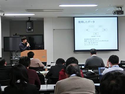 発表を行う電子情報工学科4年の高野君です
