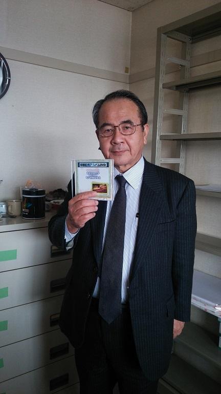 電子情報工学科学科長の田淵先生に贈呈しました