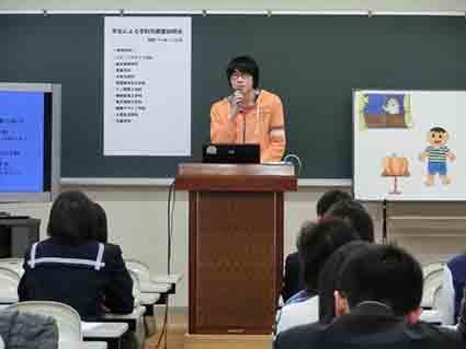 電子情報工学科の紹介をする2年生の石川君