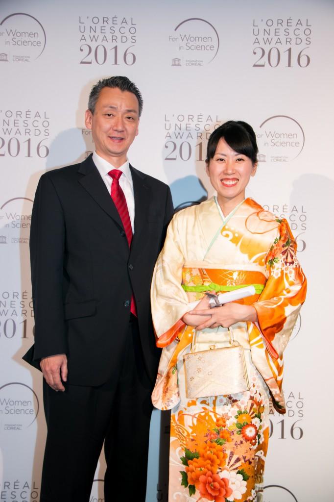 指導教員の大島先生(左)と向井さん
