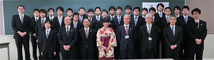電子情報工学科の卒業生と教員の集合写真