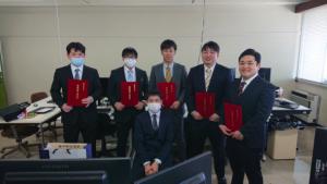 卒業式後に同じ研究室の仲間と撮影(三好君は右橋)